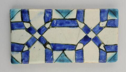 Carreau de bordure au décor d'hexagones imbriqués