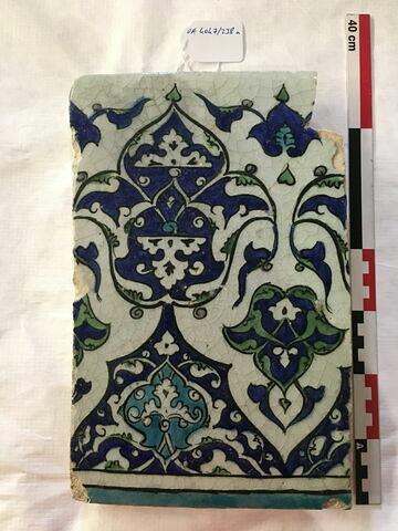Carreau de bordure à la frise de fleurons monumentaux imbriqués