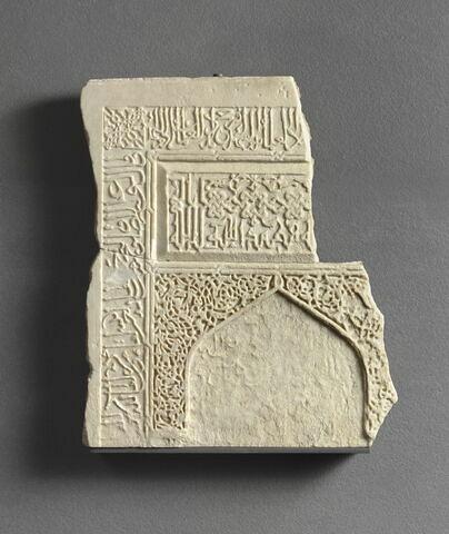 Pierre tombale fragmentaire en forme de mihrâb