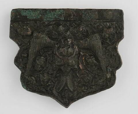 Plaquette en forme d'écu orné d'un aigle bicéphale portant un homme