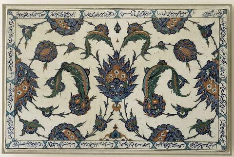 Plaque de style saz à souples feuilles hanceri, grosses fleurs composites feuillues et bordure inscrite