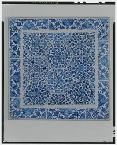 Panneau aux carreaux hexagonaux. Bordure à décor végétal saz et demi mandorles à décor de nuages