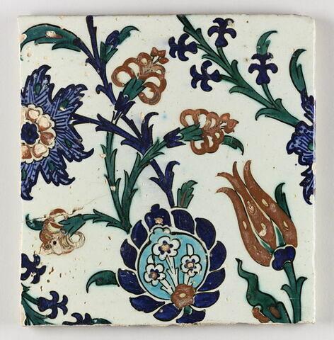 Carreau aux tiges ondulantes, fleurs saz épanouies, quatre fleurs et fleur feuillue