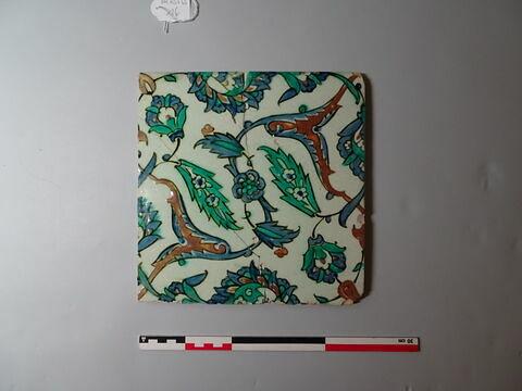 Fragment de carreau aux rinceaux quatre-fleurs à tulipes et jacinthes et mandorles à palmette formée de rumi