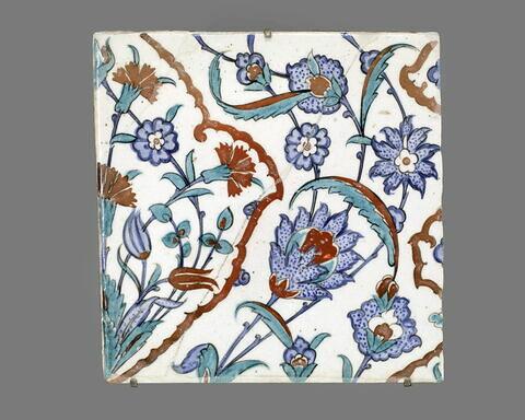 Carreau aux médaillons fleuris polylobés