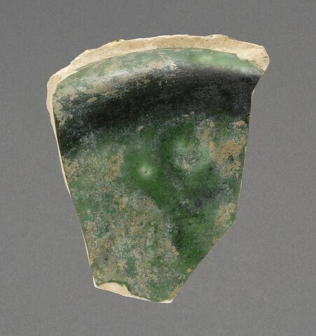 Fragment de coupelle plate aux losanges perlés
