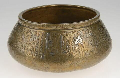 Bol aux scènes auliques et inscription sultanienne