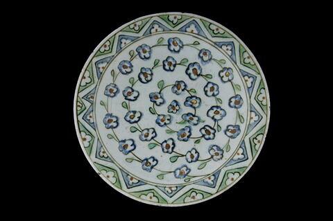 Plat creux à la spirale de fleurettes bleues à coeur rouge