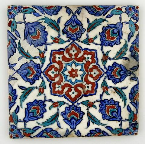 Carreau fragmentaire à motif central étoilé formé de fleurons