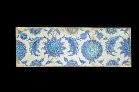 Trois carreaux à fleurs hatayi et feuilles hanceri