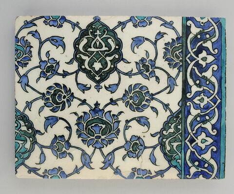 Carreau à quinconce de mandorles décorés de fleurons bifides rumi et de fleurs épanouies