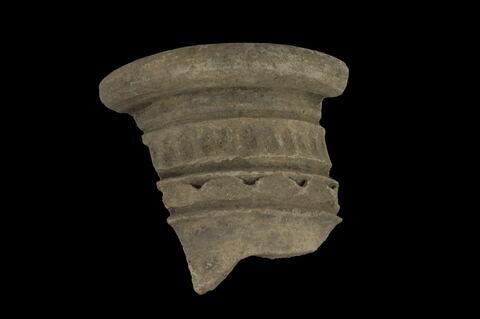 Fragment de col à lambrequins festonnés