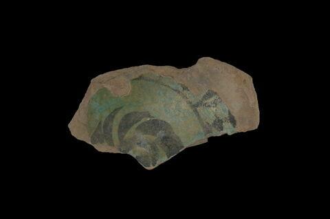 Fragment de fond de plat à décor de fleurs et feuillage stylisé