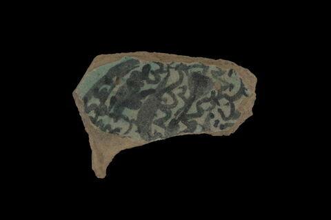 Fragment de fond de plat à décor de fleurs et feuillages