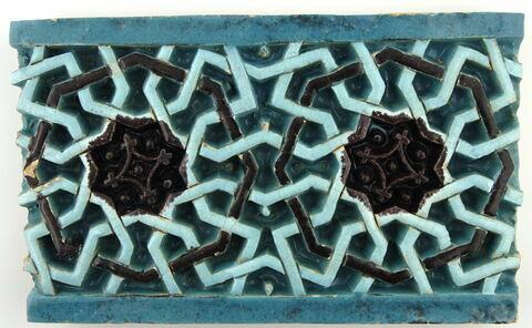 Fragment de carreau de revêtement à décor d'étoiles à huit branches et d'octogones