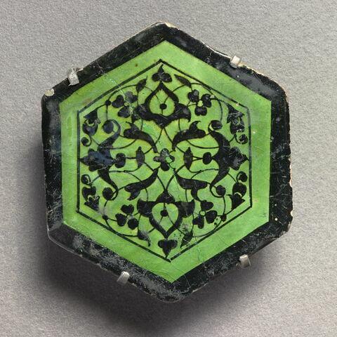Carreau hexagonal à motif végétal stylisé