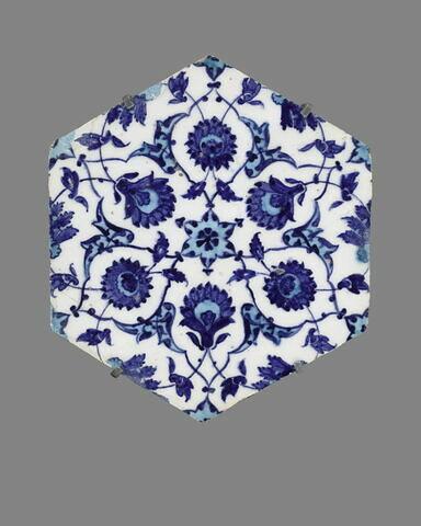 Carreau hexagonal à réseaux étoilés ponctués de rumi et de fleurs épanouies