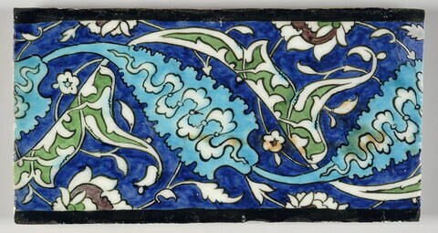 Carreau de frise aux longues feuilles dentelées et aux fleurons rumis