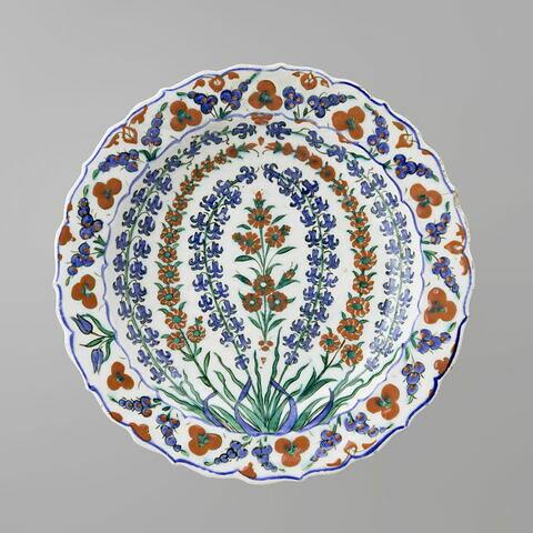 Plat aux tiges fleuries formant arceaux et pourtour décoré de cintemani