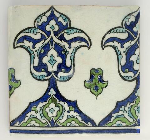 Carreau de bordure aux fleurons monumentaux et imbriqués