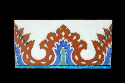 Carreau de bordure aux lambrequins feuillus