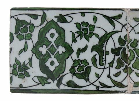Carreau de bordure à frise de rinceaux fleuris décorés de fleurons bifides rumi et de cartouches polylobés