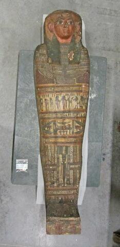 cercueil momiforme mains cachées