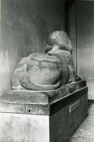 vue d'ensemble ; trois quarts dos © 1979 Musée du Louvre / Maurice et Pierre Chuzeville