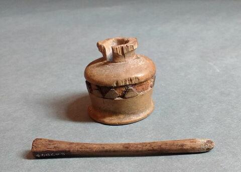 pot à kohol à collerette plate ; bâtonnet à kohol