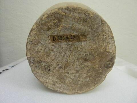 détail marquage / immatriculation ; vue de dessous © Musée du Louvre / Antiquités égyptiennes