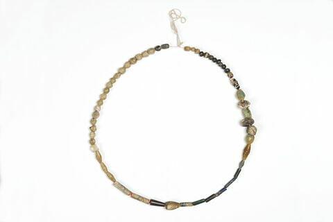 collier ; perle tubulaire ; perle sphérique ; perle irrégulière ; perle biconique