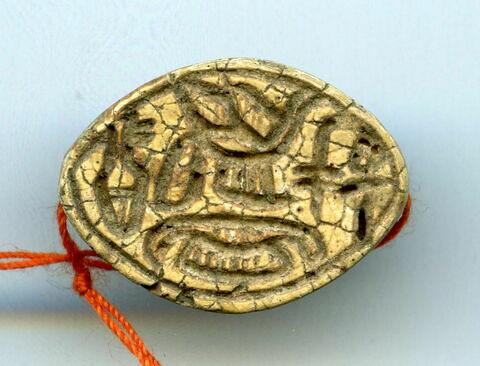 scaraboïde ; perle cauroïde à cordelette et butées