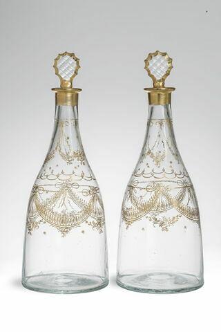 Carafe à fond plat à décor doré, d'une paire