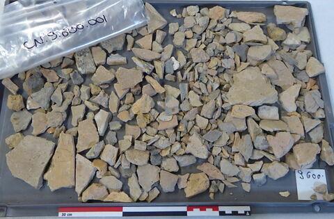 tuile, fragment ; reste organique et minéral, produit naturel et déchet industriel