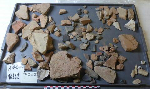 élément de construction, fragment ; escargot, fragment ; objet indéterminé ; vase, récipient, fragment ; carreau, fragment