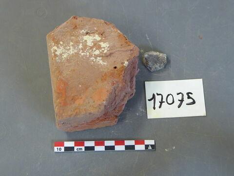 brique, fragment ; objet indéterminé, fragment
