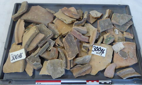 tuile, fragment ; canalisation ; élément de construction, fragment