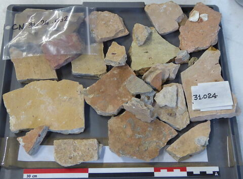 tuile, fragment ; objet indéterminé, fragment ; vase, récipient, fragment