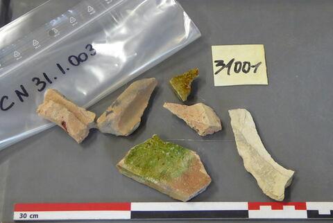 tuile, fragment ; carreau, fragment ; élément de construction, fragment