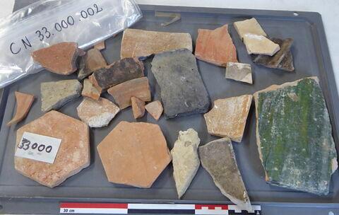 canalisation ; carreau, fragment ; tomette ; élément de construction, fragment