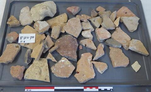 tuile, fragment ; vase, récipient, fragment ; élément de construction, fragment