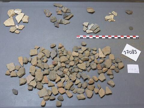 élément de construction, fragment ; objet indéterminé, fragment ; monnaie