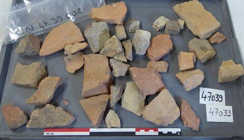 tuile, fragment ; brique, fragment ; élément de construction, fragment