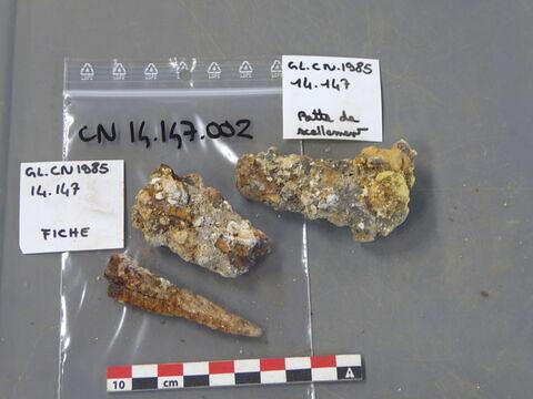 fiche, fragment ; élément de construction, fragment