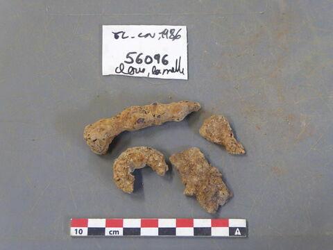 clou, fragment ; crochet, fragment ; tôle, fragment