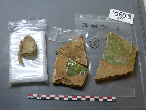 tuile, fragment ; carreau, fragment ; objet indéterminé, fragment