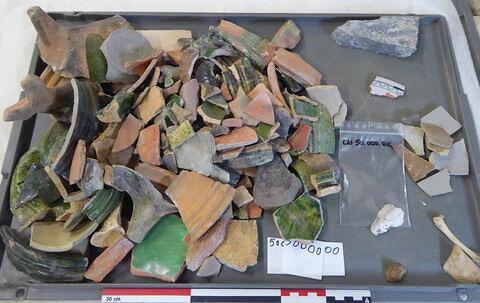 canalisation ; anse, fragment ; carreau, fragment ; vase, récipient, fragment ; objet indéterminé, fragment ; élément de construction, fragment ; reste animal, os ; reste animal coquillage, fragment