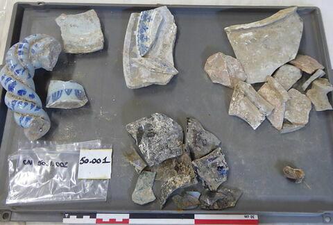 vase, récipient, fragment ; anse, fragment ; reste organique et minéral, produit naturel et déchet industriel