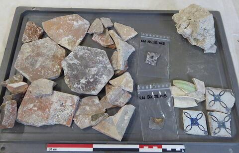 canalisation ; carreau, fragment ; tomette, fragment ; vase, récipient, fragment ; élément de construction, fragment ; objet indéterminé, fragment