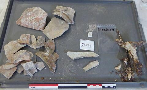 canalisation ; vase, récipient, fragment ; clou, fragment ; tige fragment ; élément de construction, fragment ; reste animal, os